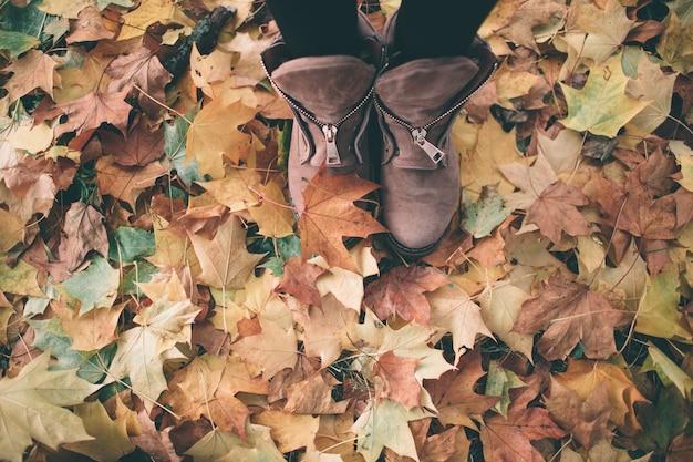 茶色の靴の女性の足
