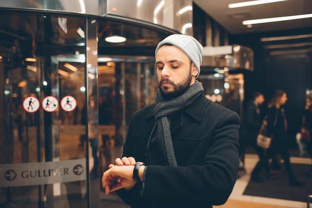 Красивый мужчина смотрит на часы