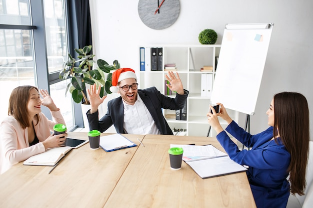 Рабочие в офисе. празднование нового года или рождества