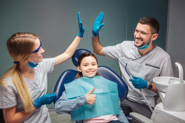 歯科医は部屋でお互いにハイタッチをします。