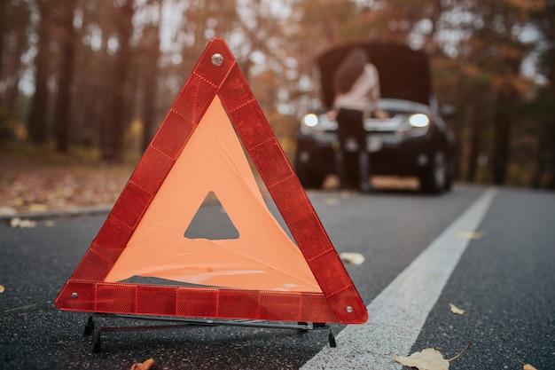 オートアシスタンスや保険、旅行中のトラブルのコンセプト。