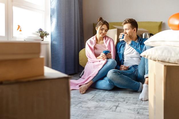 Молодая семейная пара купила свою первую маленькую квартиру