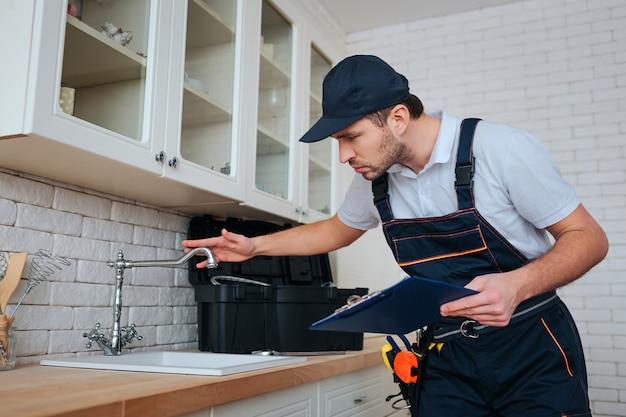 キッチンで配管し、シンクの水道水を確認してください