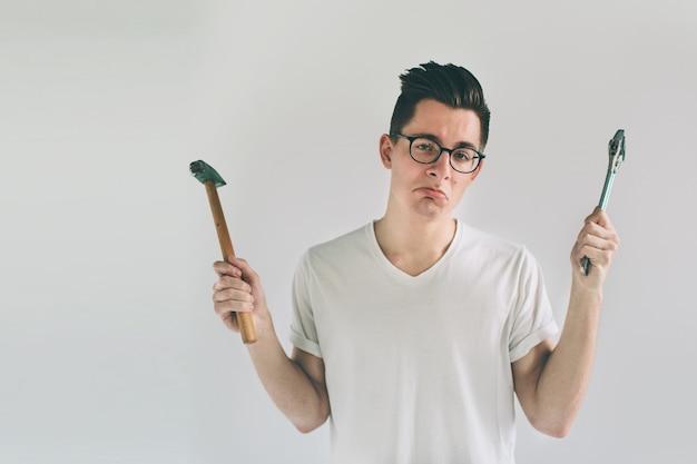 眼鏡をかけている男性が道具の使い方を知らない