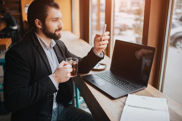Занятый человек спешит, у него нет времени, он собирается есть и работать. работник ест, пьет кофе, разговаривает по телефону, одновременно. бизнесмен делает несколько задач.
