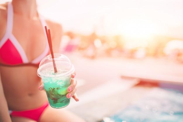 休暇。夏の旅行。熱帯のビーチの女性。ビューを閉じる