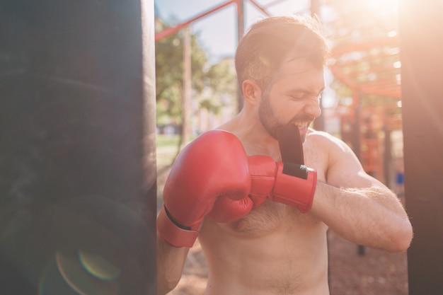 Боксерская тренировка молодого человека