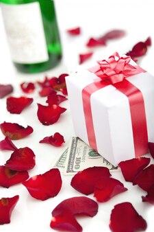 Подарочная коробка, лепестки роз на белом.