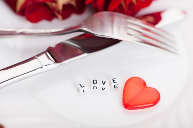 ロマンチックなディナー、バレンタインデーの設定。