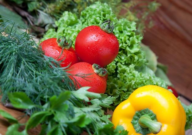 Свежие овощи на разделочной доске.