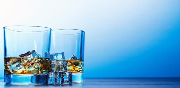 モダンなグラスに氷とウイスキー