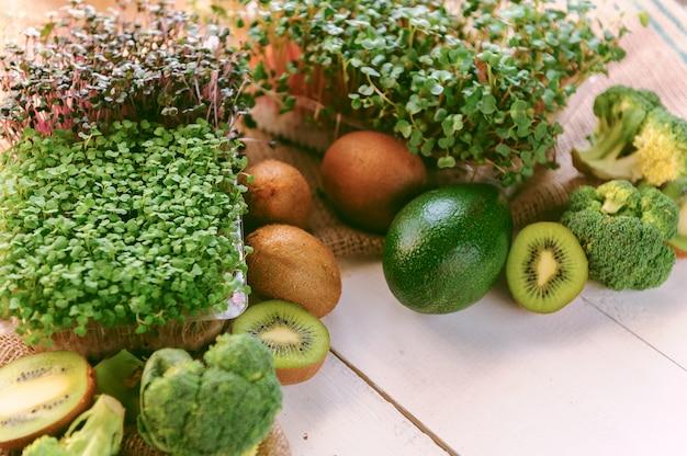 木製の表面に緑の野菜