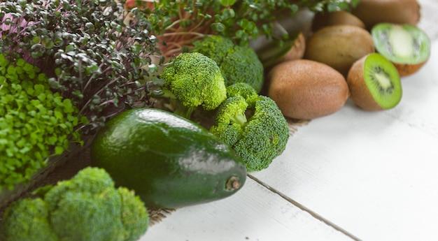 Набор зеленых овощей для приготовления смузи на завтрак.