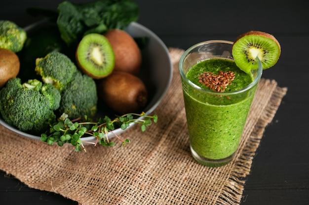 新鮮でおいしい緑のスムージーと食材