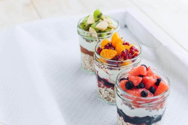 Овсяная каша с фруктами и злаками в стеклянной банке