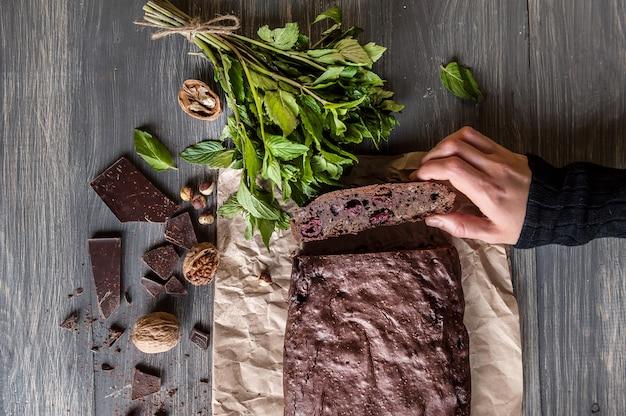 Домашние шоколадные пирожные на темной поверхности.