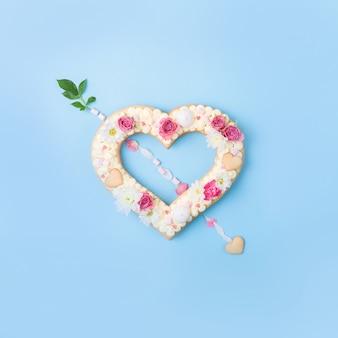 バレンタインのハート型の装飾として花とケーキ。