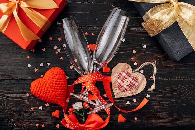 Элементы любви, концепция для дня святого валентина. ужин на двоих с двумя бокалами шампанского.