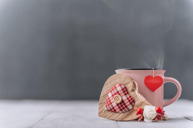 バレンタインデーのための心とお茶のカップ。テキストのための場所