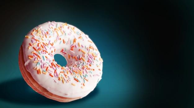 Роскошный пончик на темном фоне с пространством для текста