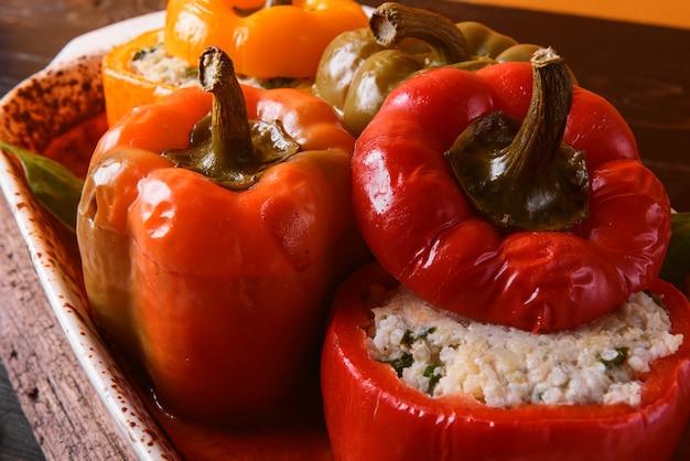 自家製の詰めピーマン。バジル、ほうれん草、チーズ、スパイスを詰めました。新鮮な自家製トマトのグレービー添え。素朴なスタイルで作られました。