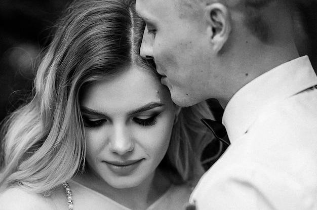 幸せなカップル。若い美しい新郎新婦のウェディングブーケ