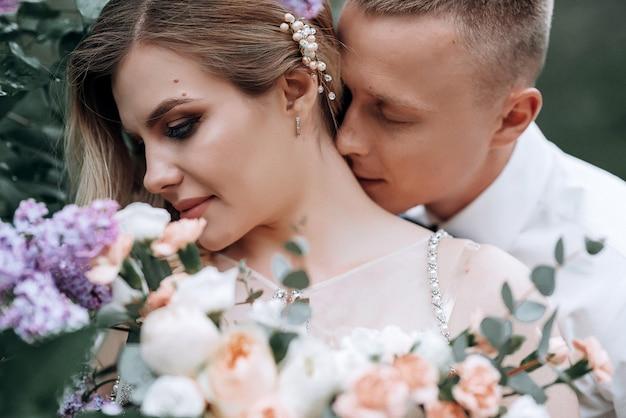 Счастливая пара. молодая красивая невеста и жених с свадебный букет