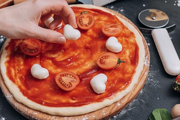 古典的なイタリアのピザの材料
