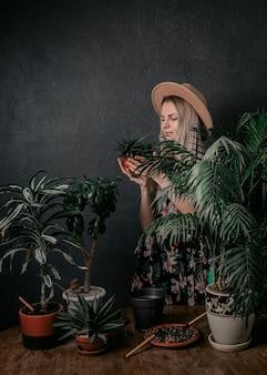 庭師の少女は彼女の植物に従事しています
