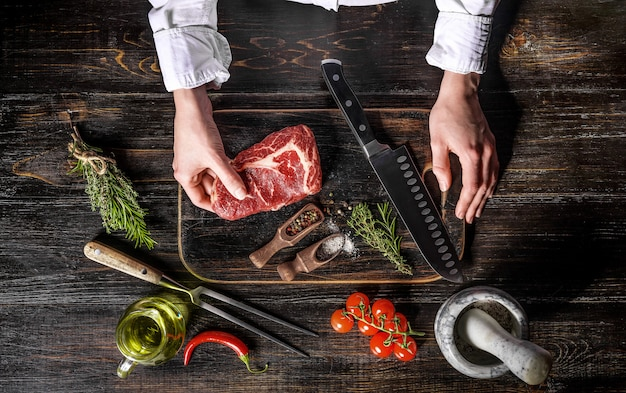 霜降りのビーフシェフがステーキを調理