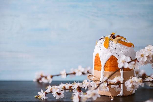 枝編み細工品バスケットのイースターエッグと古典的なスラブイースターケーキ