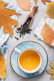 近くに横たわる秋の木の葉と木製のテーブルに秋の温暖化茶