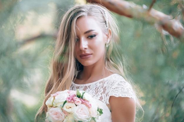 Молодая очаровательная невеста в день свадьбы