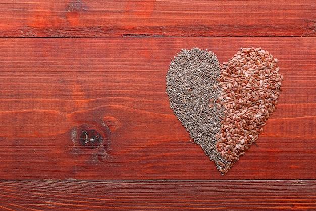 木製のテーブルにチアと亜麻。健康食品のコンセプト