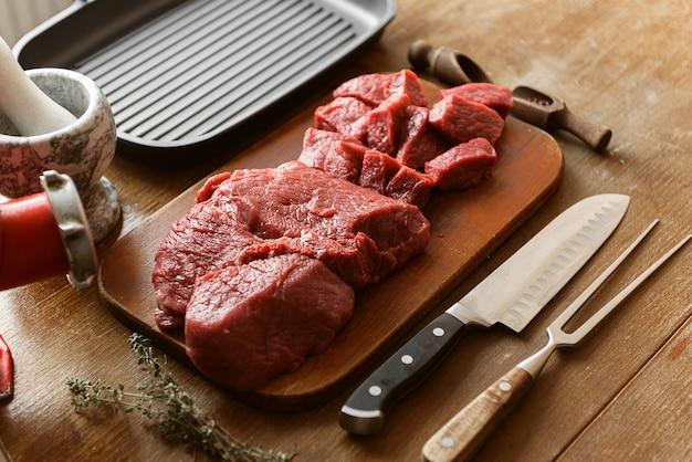 ひき肉の生産のために準備されたカット肉