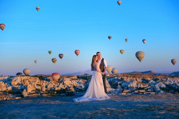 カッパドキアトルコ、熱気球でのセッションの結婚式のカップル