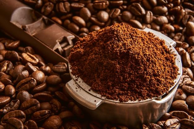 Ароматный молотый кофе налил в держатель