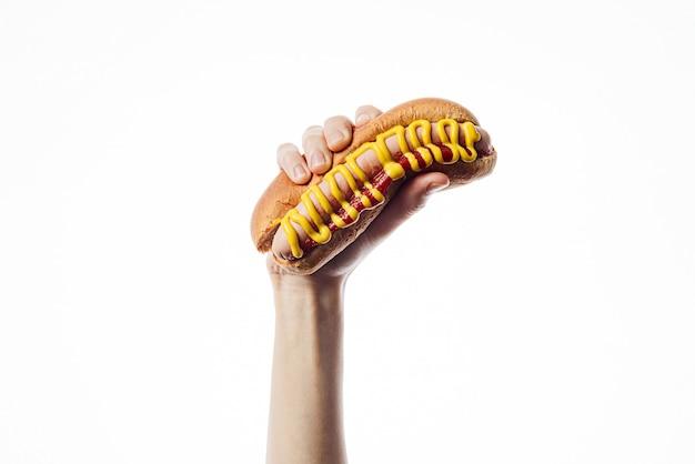 Классический американский хот-дог в руке