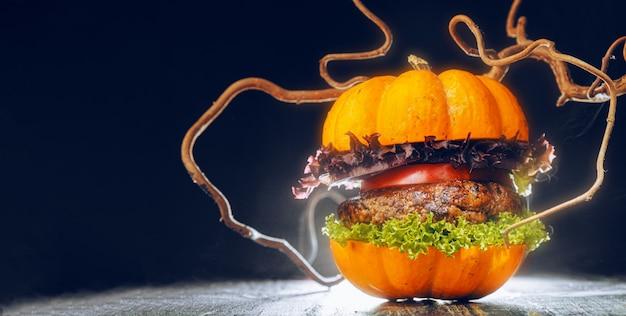 Хэллоуин вкусный гамбургер на темном фоне