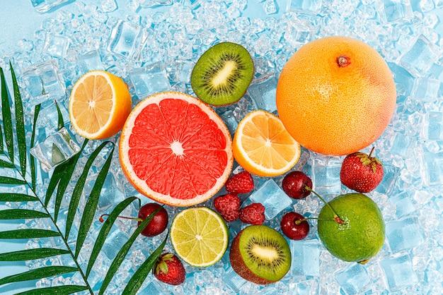 氷の上でジューシーな新鮮な果物。夏の暑さで冷たい飲み物の概念