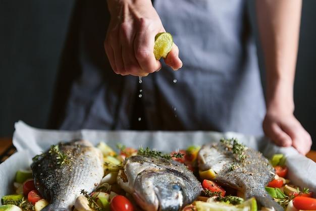 シェフが魚を調理する