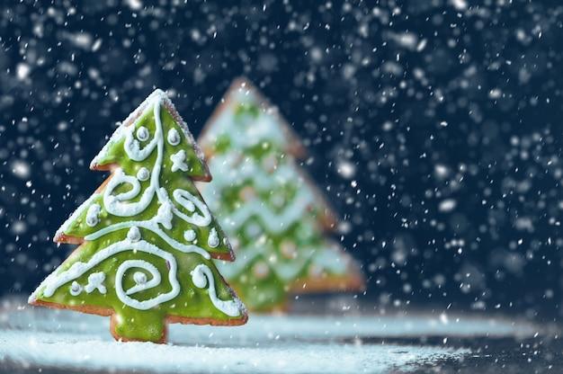 クリスマスと新年の背景。ジンジャービスケット。