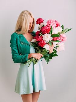 花の花束を持つ少女