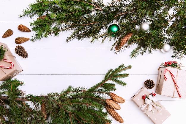 クリスマスの背景に装飾、木の板にギフトボックス