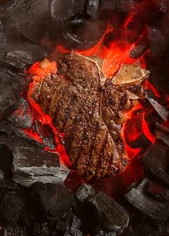 Жареный мраморный бифштекс с углями и дымом