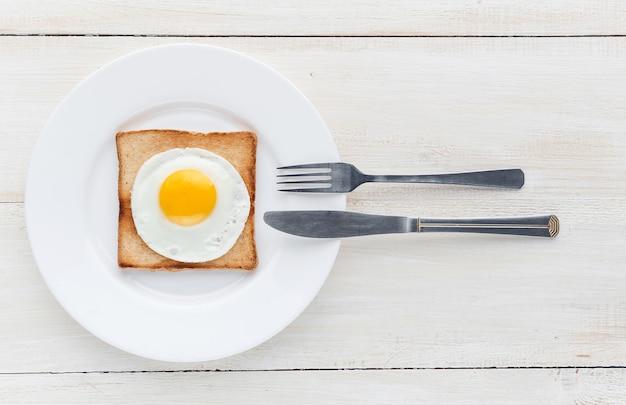 Жареное яйцо на тосте