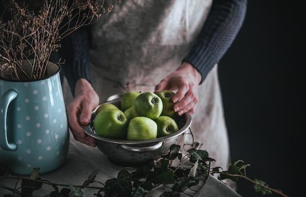 ジューシーな青リンゴの庭に集まった新鮮なオーガニック。