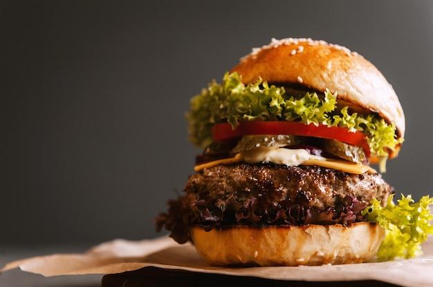 Вкусный свежий домашний бургер на деревянном столе