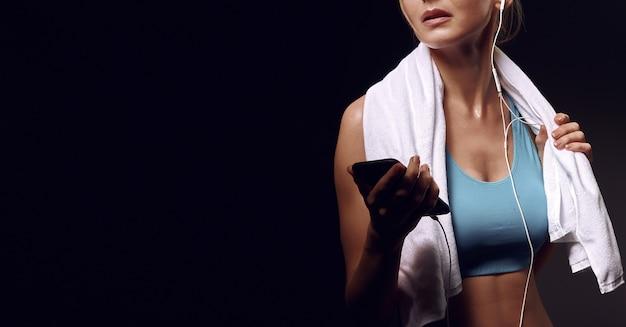 女の子はトレーニング後に音楽を聴きます