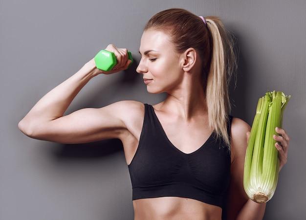 Спортивное питание. девушка с овощами
